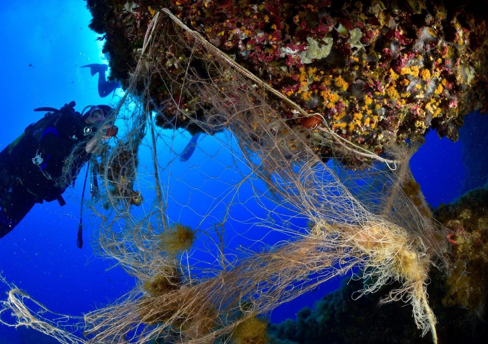 Marevivo recupera una rete abbandonata di oltre 70 metri dai fondali