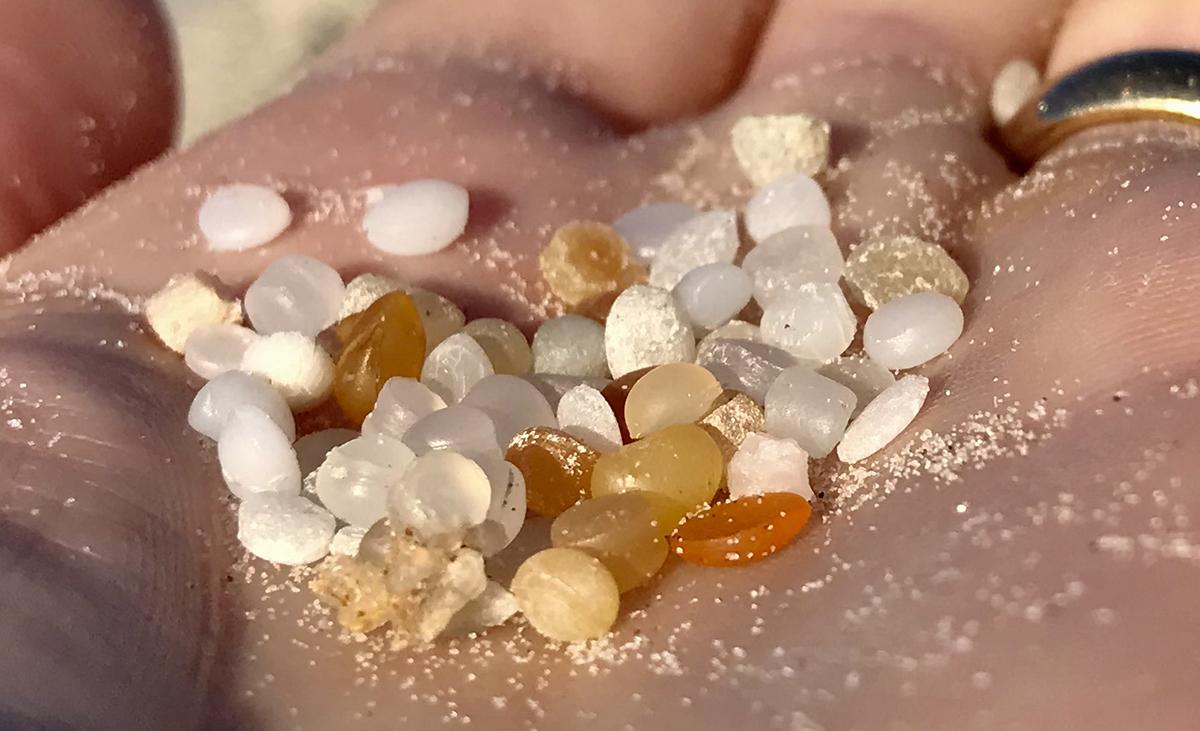 Cosa sono i piccoli granuli di plastica che inquinano le nostre spiagge?