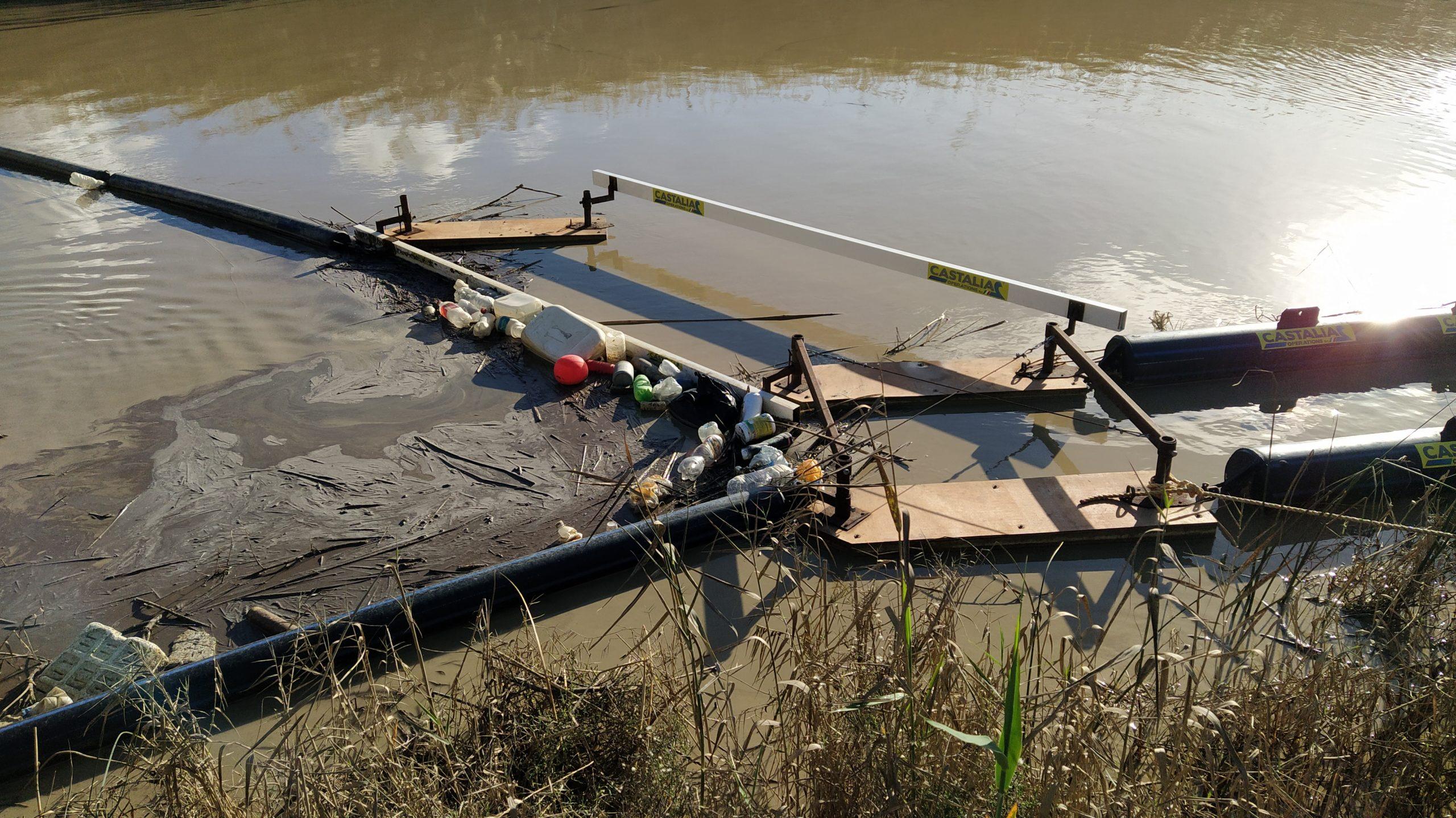 Quintali di rifiuti bloccati dalla barriera alla foce del fiume Platani