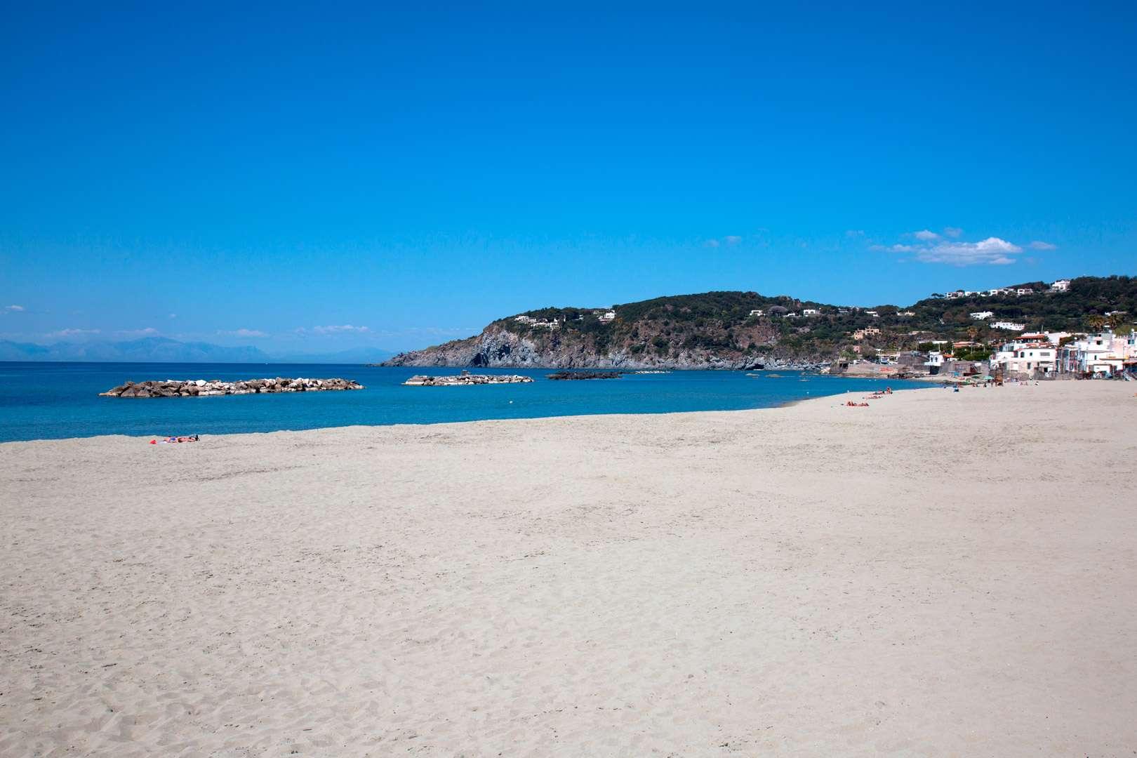 Marevivo e il Gruppo Pellicano Hotels insieme  per la tutela della spiaggia della Chiaia a Ischia