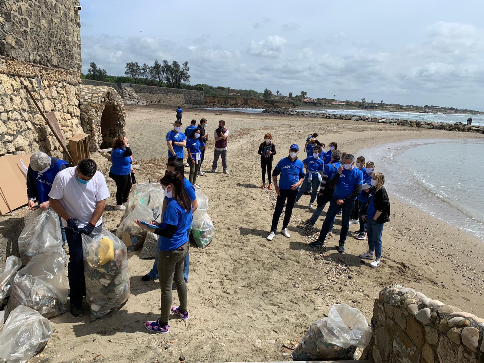 Oltre 150 chili di rifiuti raccolti dalla spiaggia di Marina di San Nicola