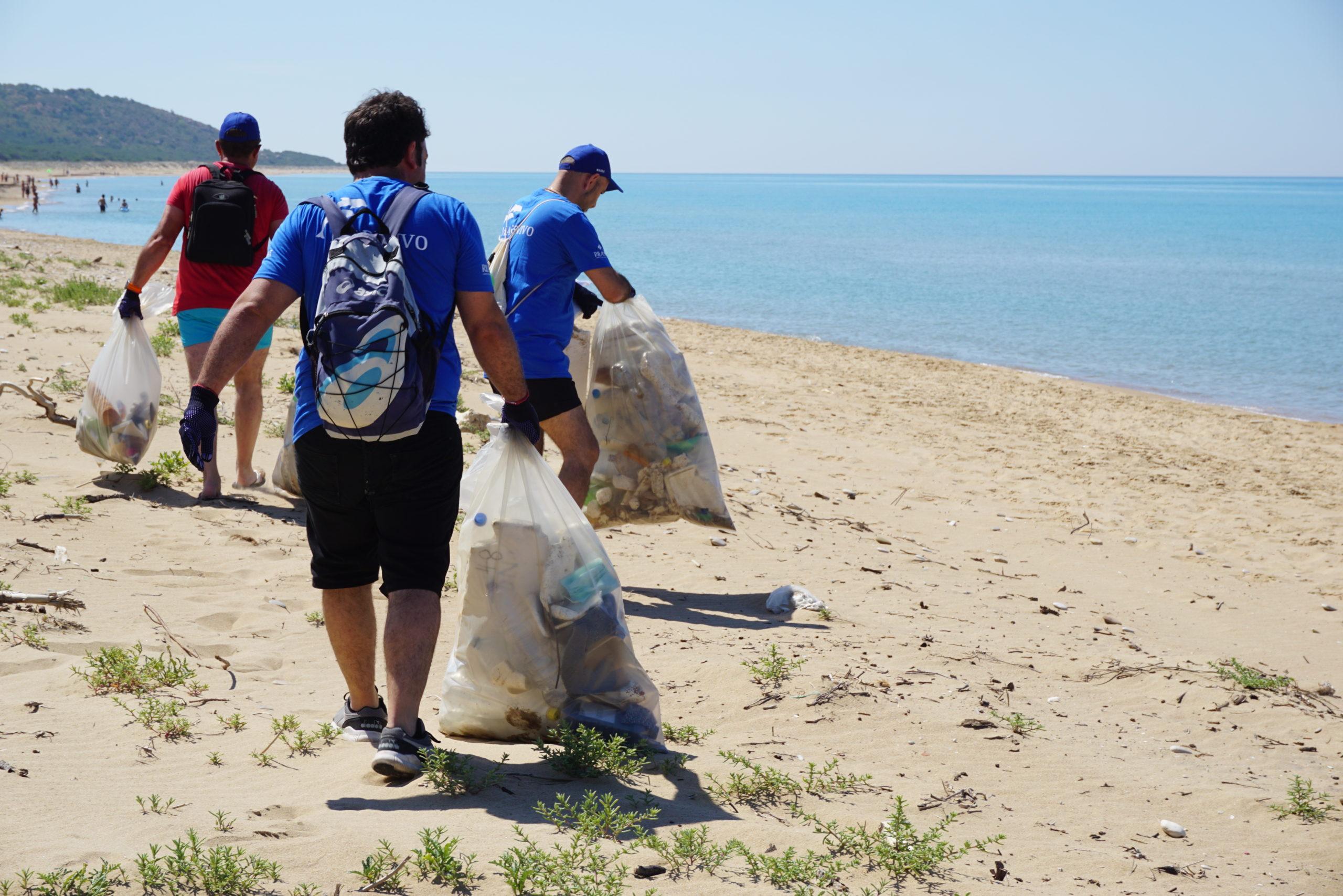 Marevivo e Rilastil recuperano quasi una tonnellata di rifiuti in tre spiagge italiane e portano in salvo un esemplare di tartaruga palustre siciliana