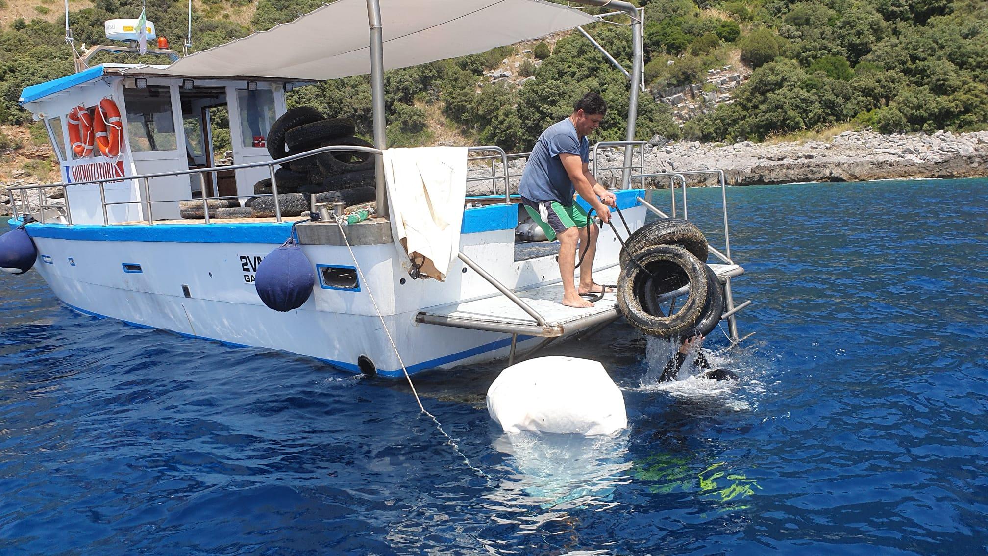 Sapri, oltre 70 pneumatici fuori uso recuperati in mare